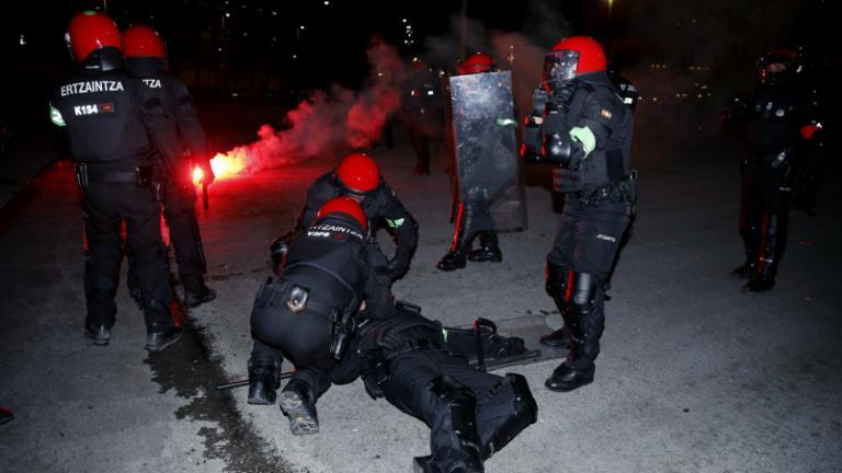 Σοκ στο Μπιλμπάο: Νεκρός αστυνομικός σε επεισόδια με Ρώσους χούλιγκανς   tanea.gr
