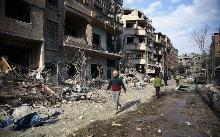 Χωρίς τέλος οι βομβαρδισμοί στη Γκούτα - Δεν τους αφήνουν να μετρήσουν τα πτώματα | tanea.gr