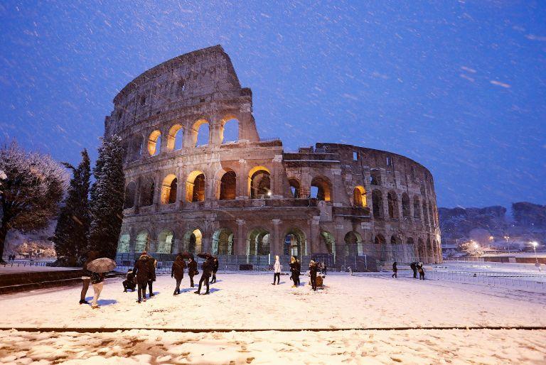 Σε λευκό κλοιό η «Αιώνια Πόλη» από πρωτοφανή χιονοθύελλα | tanea.gr