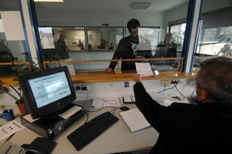«Ψαλίδι» στους μισθούς για 90 χιλιάδες δημοσίους υπαλλήλους | tanea.gr