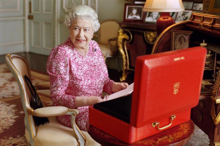 Τέσσερα κοκτέιλ την ημέρα για τη βασίλισσα Ελισάβετ | tanea.gr