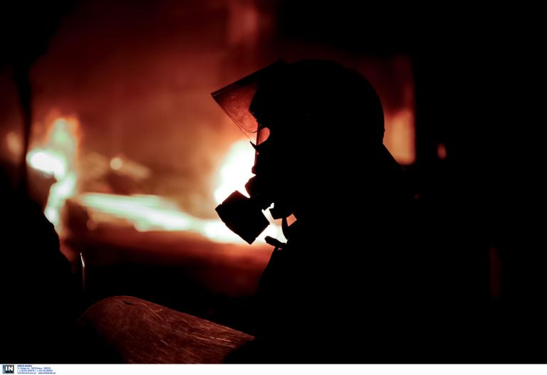 Εμπρησμοί, επιθέσεις και συγκρούσεις τη νύχτα | tanea.gr