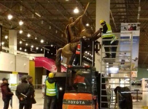 Απομακρύνουν το άγαλμα του Μ. Αλεξάνδρου από το αεροδρόμιο   tanea.gr