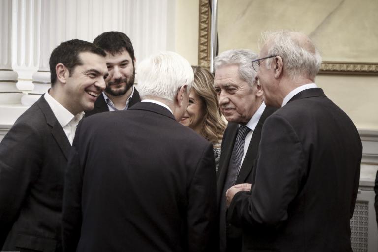 Το παρασκήνιο της ορκωμοσίας: Τα χαμόγελα, οι αμίλητοι, τα φιλικά χαστούκια | tanea.gr
