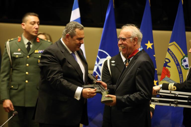 Το απίστευτο δώρο που έκανε ο Πάνος Καμμένος στον Δημήτρη Βίτσα | tanea.gr