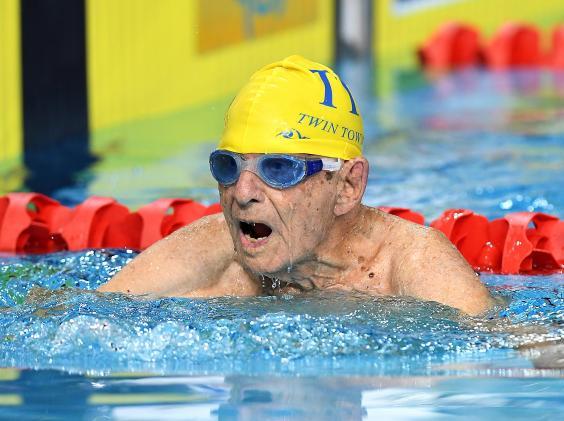 Αυστραλός κολυμβητής ετών 99 κατέρριψε παγκόσμιο ρεκόρ (βίντεο) | tanea.gr