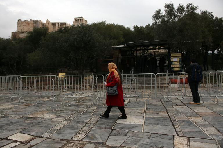 Λήστευαν τουρίστες με απειλή μαχαιριών στην Ακρόπολη | tanea.gr