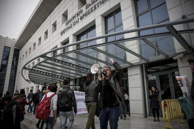 Παράσταση διαμαρτυρίας από την ΠΟΣΔΕΠ στο υπουργείο Παιδείας | tanea.gr