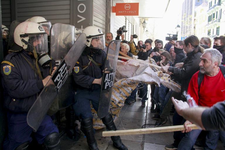 Τρεις τραυματίες από τα επεισόδια σε συμβολαιογραφείο | tanea.gr