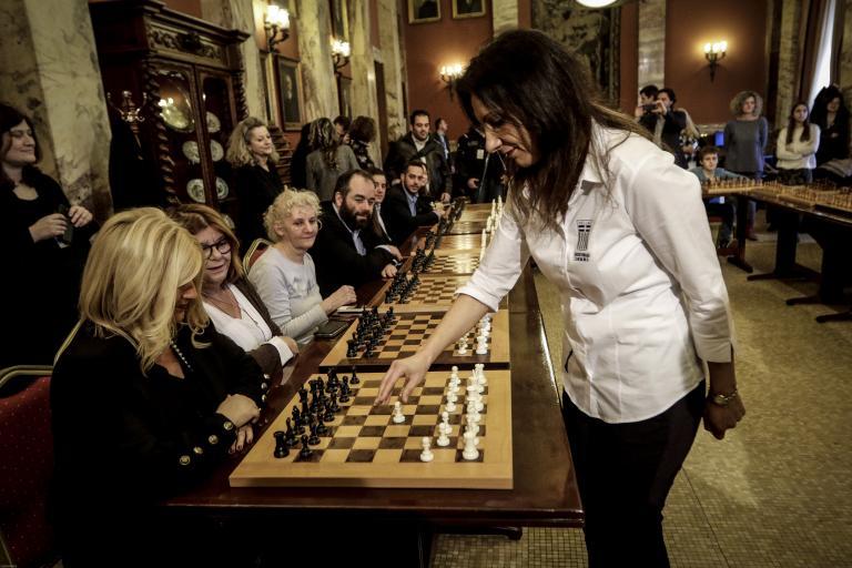 Αγώνες… σκάκι στο εντευκτήριο της Βουλής | tanea.gr