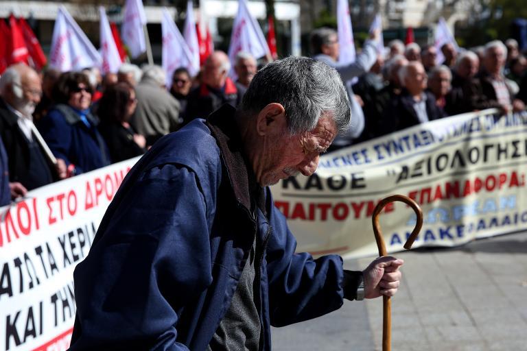Καίγονται μισθωτοί – συνταξιούχοι: Πόσα θα χάσουν από τις νέες περικοπές | tanea.gr