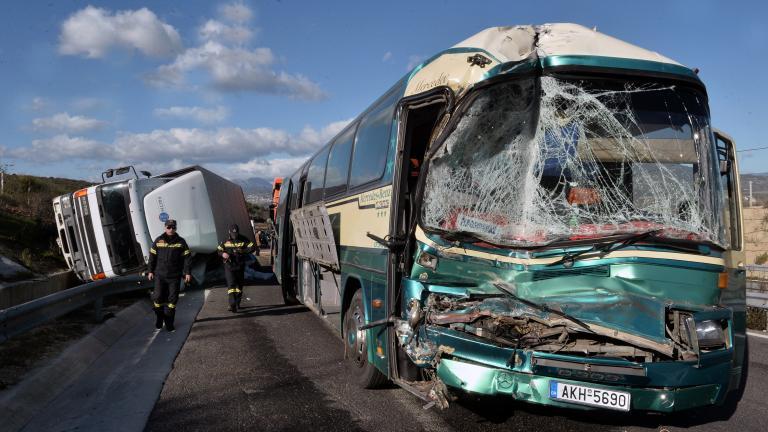 Σφοδρή σύγκρουση λεωφορείου ΚΤΕΛ με φορτηγό (βίντεο)   tanea.gr
