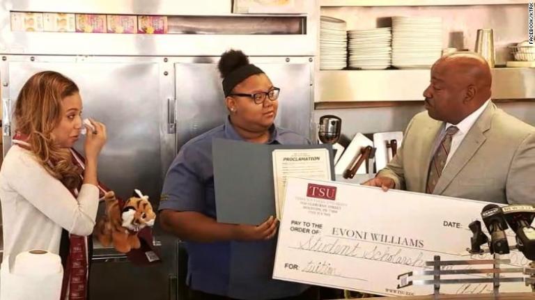 Η 18χρονη σερβιτόρα που έγινε κατά λάθος viral και κέρδισε υποτροφία | tanea.gr