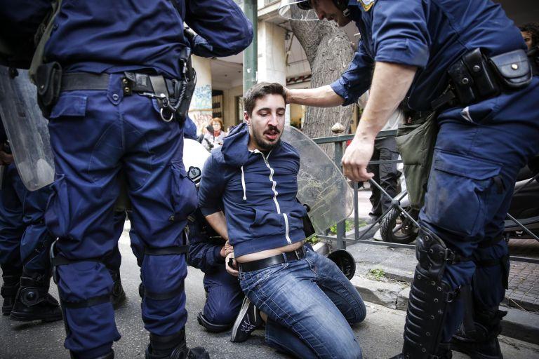 Αγριο ξύλο σε διαδηλωτές και δημοσιογράφους για τους πλειστηριασμούς   tanea.gr