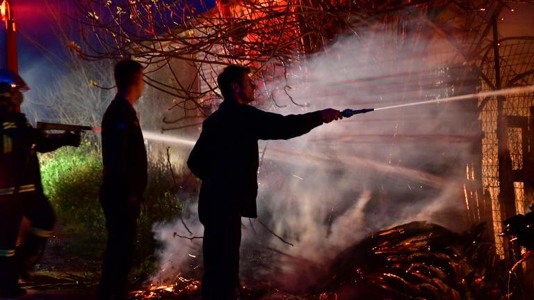Πυρκαγιά κατέστρεψε ολοσχερώς αποθήκη ξυλείας στα Χανιά | tanea.gr