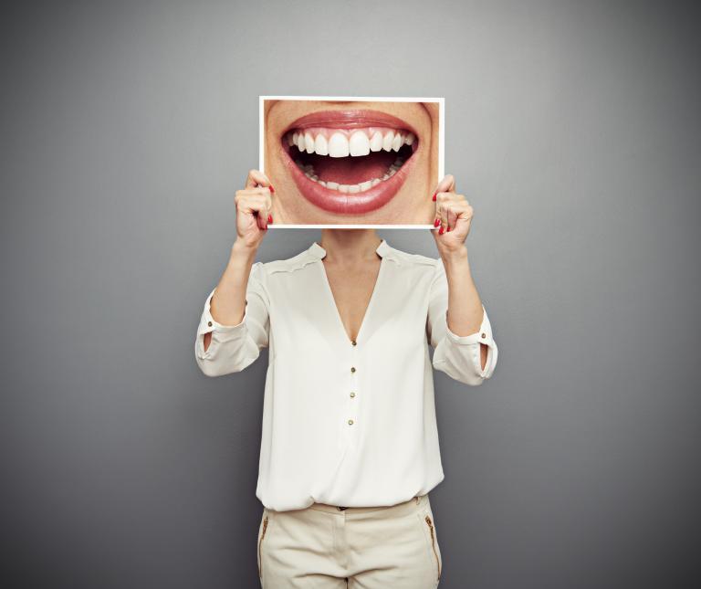 Οι Ελληνες θέλουν «λευκό χαμόγελο» αλλά αμέλουν τη στοματική υγεία | tanea.gr