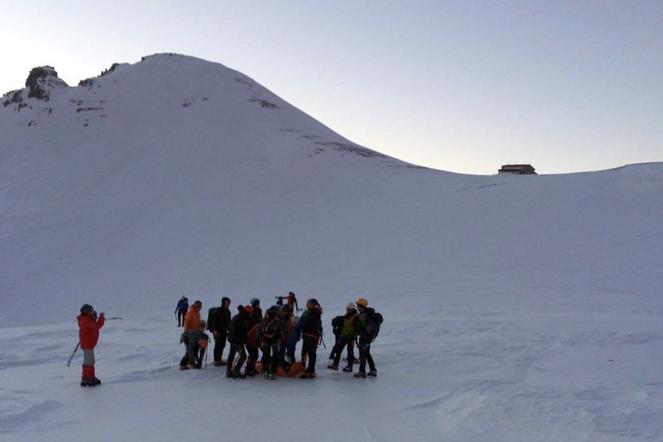 Super Puma παρέλαβε την τραυματισμένη ορειβάτισσα | tanea.gr