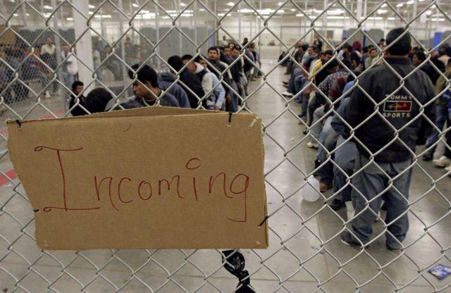 Θα κρατούνται οι παράτυποι μετανάστες με απόφαση Τραμπ | tanea.gr