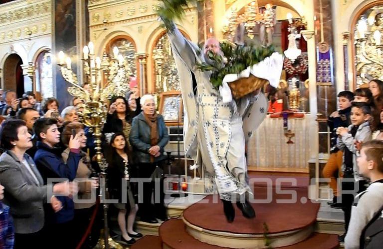 Η ξεχωριστή πρώτη Ανάσταση με τον «ιπτάμενο ιερέα» στη Χίο (βίντεο) | tanea.gr