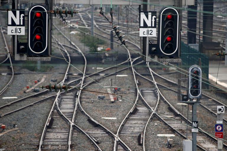 Στα άκρα η σύγκρουση Μακρόν με τους σιδηροδρομικούς | tanea.gr