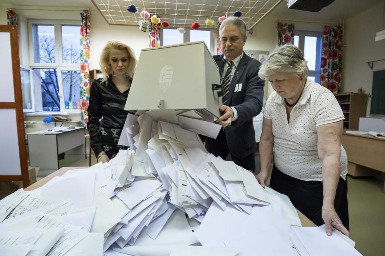 Μετρούν τις ψήφους στην Ουγγαρία   tanea.gr