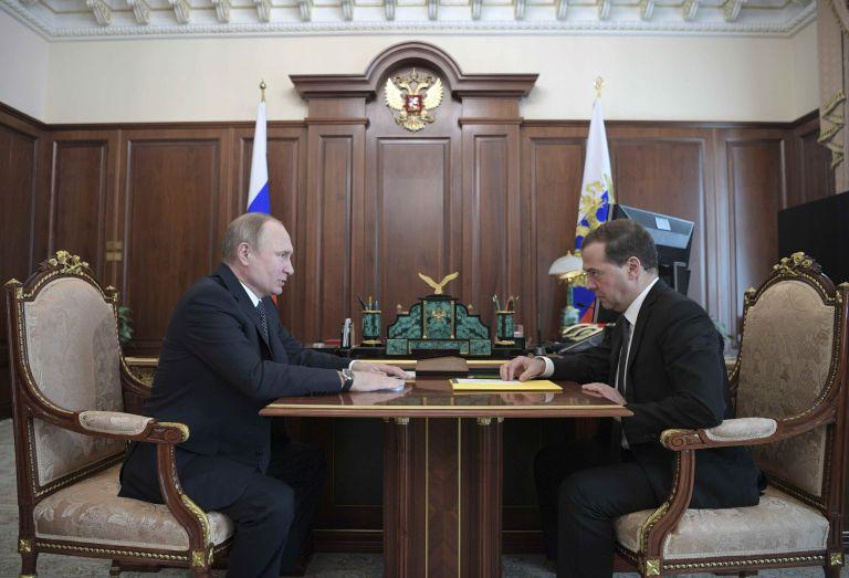 Υπέρ της πολιτικής Πούτιν εναντίον Μεντβέντεφ οι ρώσοι | tanea.gr