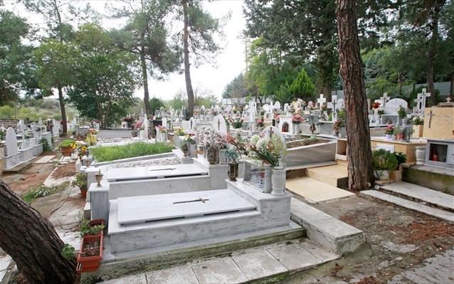 Θεσσαλονίκη: Εθαψαν τον ένα νεκρό πάνω από τον άλλον!   tanea.gr