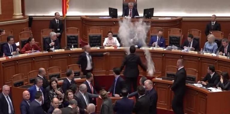 Πέταξαν αλεύρι στον Εντι Ράμα μέσα στην αλβανική Βουλή (βίντεο) | tanea.gr
