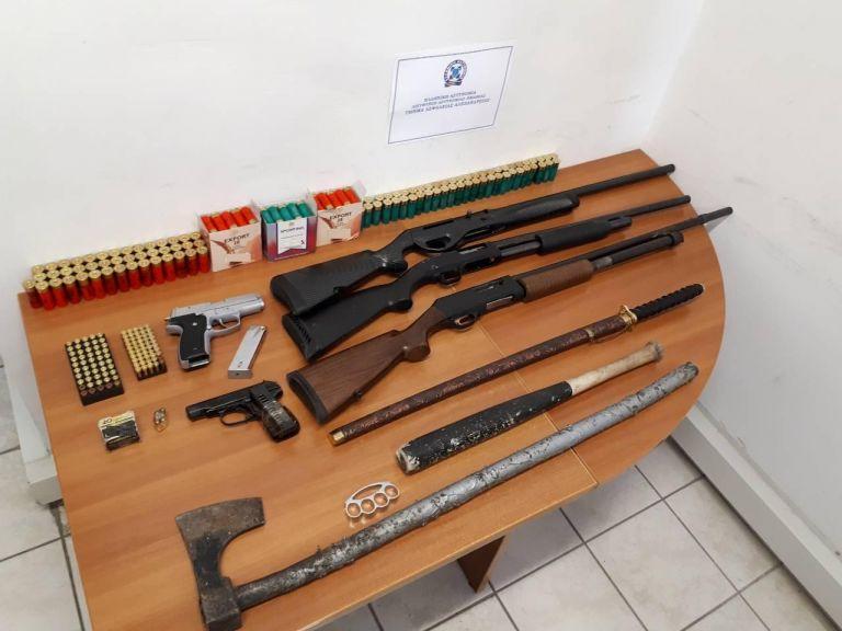 Συνελήφθησαν πατέρας και γιος με όπλα, τσεκούρι, σπαθί και 250.000 ευρώ | tanea.gr
