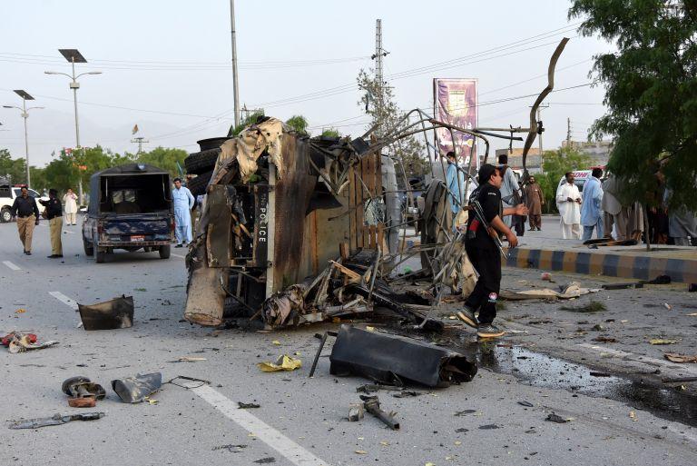 Τριπλή βομβιστική επίθεση στο Πακιστάν – Εξι νεκροί αστυνομικοί | tanea.gr