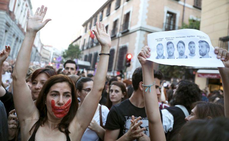 Σαλος στη Ισπανία από αθώωση πέντε ανδρών για τον ομαδικό βιασμό έφηβης | tanea.gr