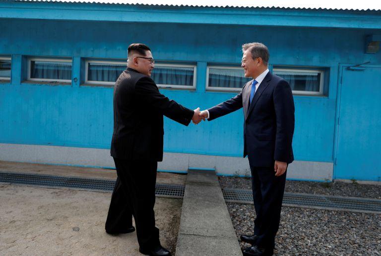 Ιστορική χειραψία μεταξύ Κιμ Γιονγκ Ουν και Μουν Τζε-ιν στην Κορέα   tanea.gr