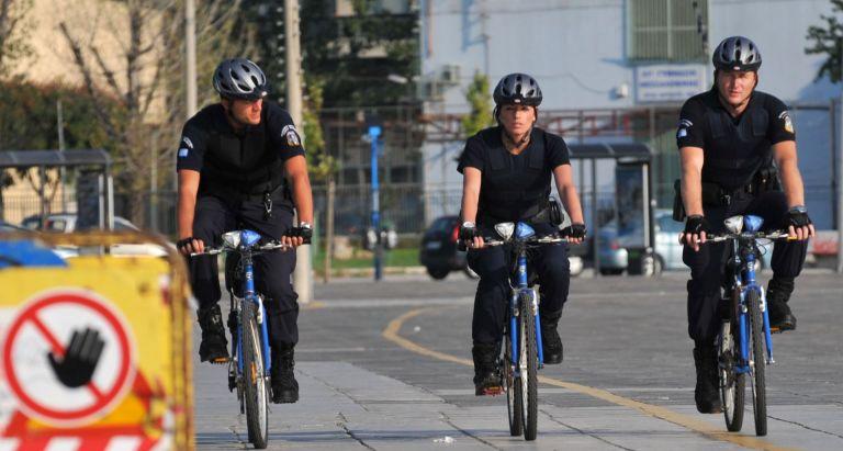Σε δέκα πόλεις επεκτείνεται η αστυνόμευση με ποδήλατα | tanea.gr