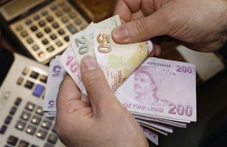 Δράμα στην Τουρκία: Πουλάνε λίρες, αγοράζουν ευρώ, χρυσό και δολάρια | tanea.gr