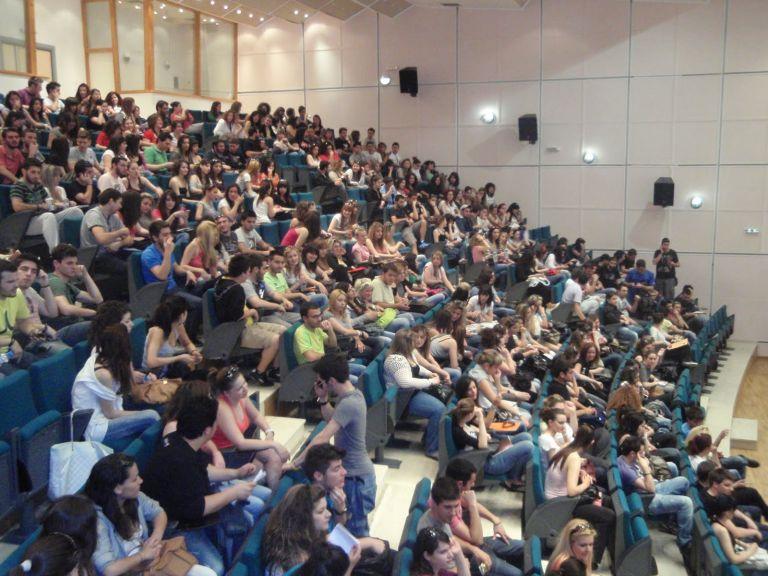 Τι απαντά το Οικονομικό Πανεπιστήμιο για τις μαζικές αντιγραφές | tanea.gr