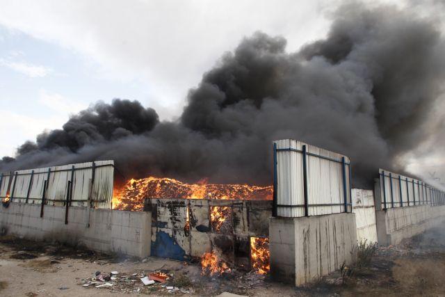 Το καμένο εργοστάσιο που πνίγει την Αττική   tanea.gr