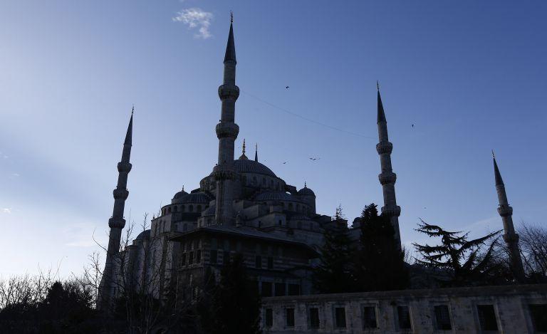 Εκατοντάδες Τούρκοι προσευχήθηκαν έξω από την Αγία Σοφία (video) | tanea.gr