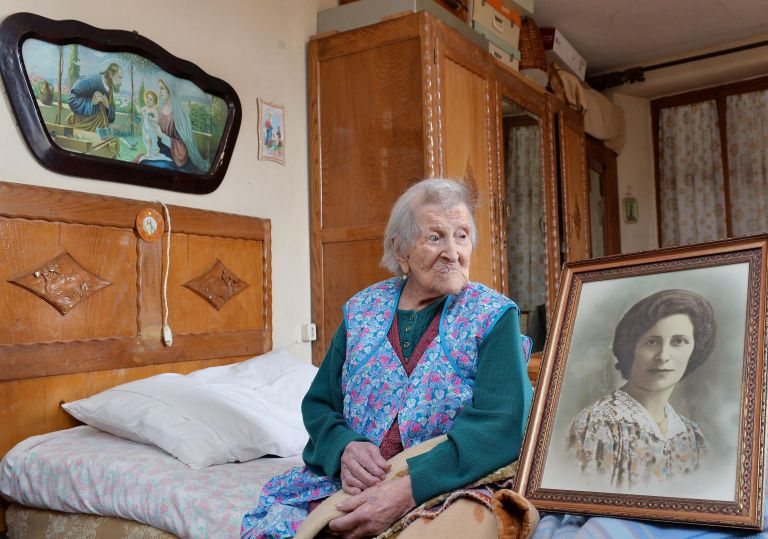 Ηλικιωμένοι και βυθισμένοι στη μοναξιά οι Ιταλοί   tanea.gr