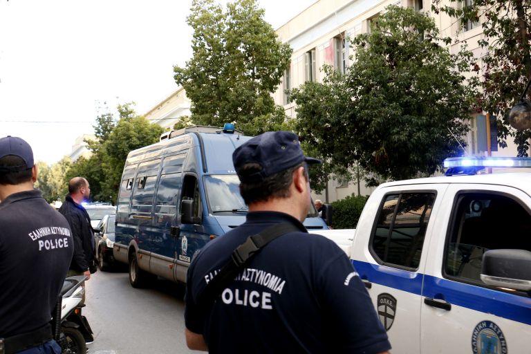 Συνέλαβαν νεαρούς στο Λαύριο για εξαπάτηση ηλικιωμένων | tanea.gr