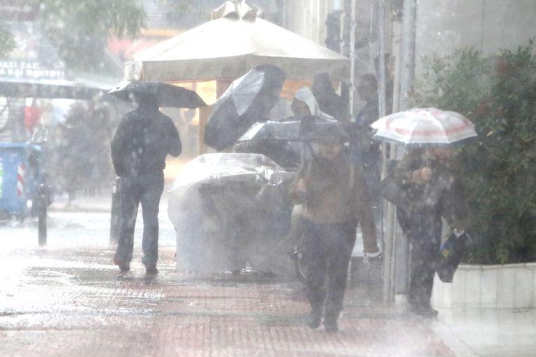 Βροχές και ισχυρές καταιγίδες και τη Δευτέρα και Τρίτη – Που συνεχίζεται η κακοκαιρία | tanea.gr