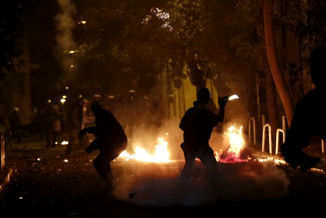 Επιθέσεις με μολότοφ γύρω από το Πολυτεχνείο | tanea.gr
