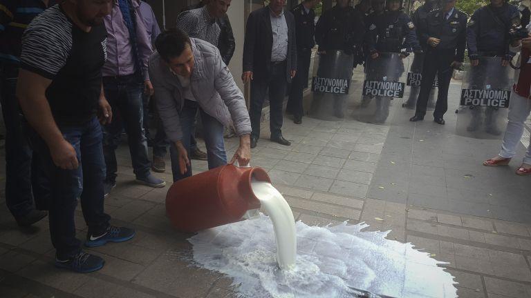 «Στοπ» στη μείωση τιμών στο γάλα και μέτρα στήριξης ζητούν οι κτηνοτρόφοι | tanea.gr