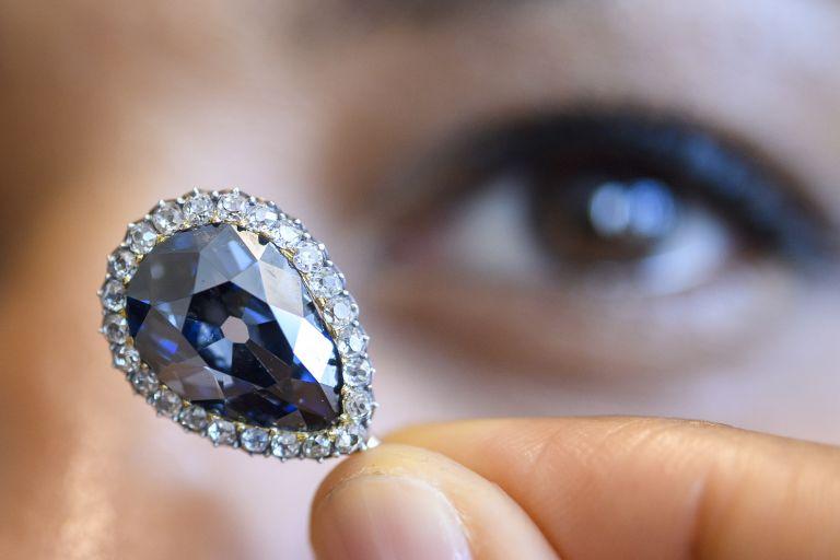 Το διαμάντι Μπλε Φαρνέζε των βασιλιάδων πουλήθηκε 6,7 εκατ. δολάρια | tanea.gr