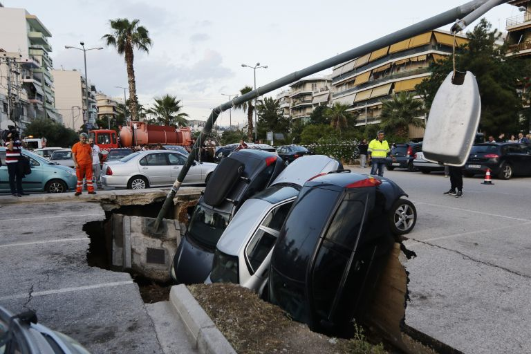Συνεχίζει να βουλιάζει το πάρκινγκ στην Καλλιθέα (video)   tanea.gr