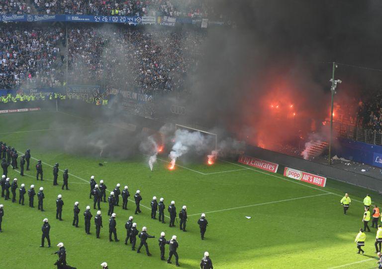 Υποβιβάστηκε το Αμβούργο, επεισόδια από τους οπαδούς του | tanea.gr