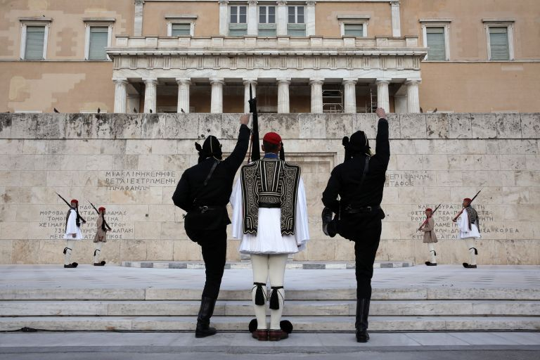 Αλλαγή φρουράς με Πόντιους Εύζωνες στο Σύνταγμα | tanea.gr