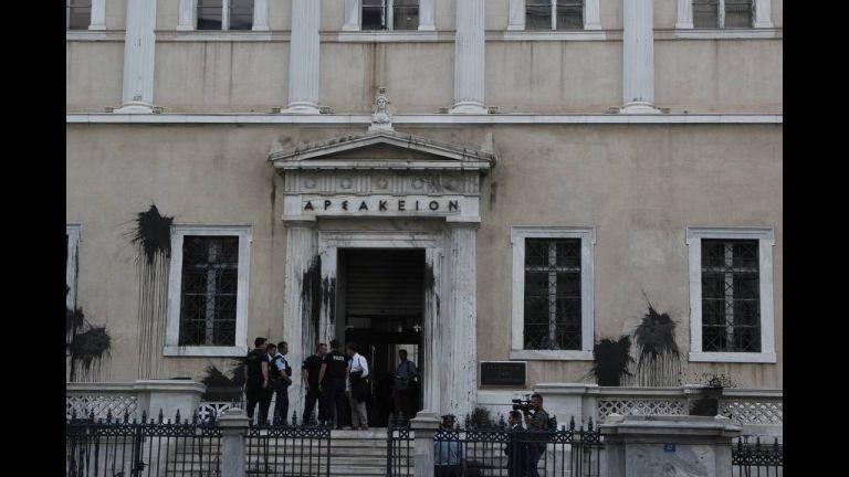 Το βίντεο της επίθεσης του Ρουβίκωνα στο κτίριο του Συμβουλίου της Επικρατείας | tanea.gr