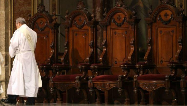 Σε διαθεσιμότητα 14 καθολικοί ιερείς λόγω «ακατάλληλης συμπεριφοράς» | tanea.gr