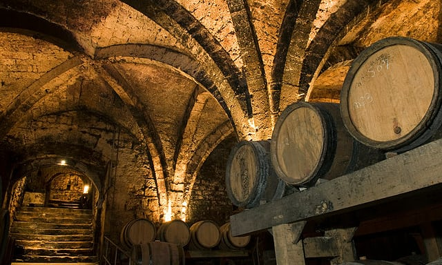 Στο «σφυρί» τα παλαιότερα μπουκάλια κρασιού στον κόσμο!   tanea.gr