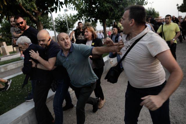 Ταυτοποίησαν και τον άντρα με το παιδί στην επίθεση κατά Μπουτάρη | tanea.gr